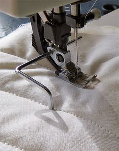 Geta's Quilting Studio: Fun accessory for my sewing machine How to choose machine quilting designs. Sewing Basics, Sewing Hacks, Sewing Tutorials, Quilt Studio, Techniques Couture, Sewing Techniques, Sewing Stitches, Sewing Patterns, Tatting Patterns