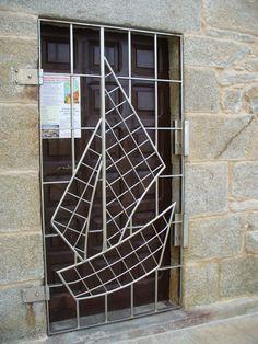 Porta lateral do Santuario da Virxe da Barca en Muxía #Costadamorte