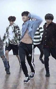 its a part of the choreography, but during the dp too Jungkook? Jungkook Abs, Foto Jungkook, Bts Bangtan Boy, Jungkook Thighs, Taehyung Abs, Jung Kook, Rapper, Foto Bts, Jikook