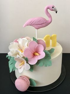 35 Amazing Birthday Cakes with Flamingo Element That Every Girls Will Love! Flamingo Party, Flamingo Cake, Flamingo Birthday, Hawaii Cake, Hawaii Hawaii, Bolo Fack, Cupcakes, Tropical Party, Cool Birthday Cakes