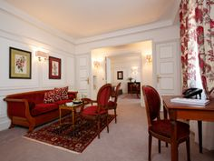 The Pérouse Suite is a bright room with traditionnal and luxurious style.
