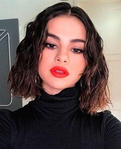 Selena Gomez apostou em um cabelo texturizado e batom vermelho vivo.