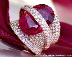 High-end: Grand Rubellite Diamond Ring, RG-18K -- 1 Rubellite, 13,47 cts - 322 Diamonds, round cut, 3,47 cts. G-VVSI -- Price at the jeweller's: 19.780,00€ - Our price: 15.595,00€ --- Find out: schmucktraume.com - Any questions? Contact us: info@schmucktraeume.com -- We also ship from the US.