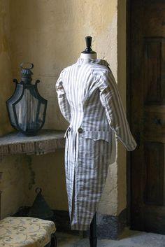 Modes et vestiaire masculin : frac, 1793-1800 Le Frac est un habit dégagé en taffetas rayé crème et parme avec boutons en acier facetté. © Gilles Martin-Raget