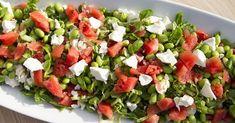 Lækker sommersalat med vandmelon og feta perfekt til grillmad. Salaten indeholder ud over vandmelon også edamammebønner, som er fulde af gode proteiner. Feta, Food N, Food And Drink, Salad Recipes, Healthy Recipes, Brunch, Edamame, Cooking Tips, Tapas