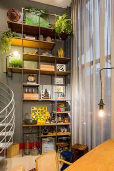 modular shelving | estante modular que preenche todo pé direito duplo | Studio das Arquitetas by AT arquitetura para a Mostra Casa e Cia 2015 | Núcleo Formacco Trompowsky Corporate | Florianópolis, SC