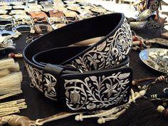 """Cinturón bordado en hilo de plata 100% hecho a mano!  Disponible!!! Talla #39 2""""1/8 de ancho. Informes : (323)697-6033 tel. EU  (whatsap) O enviar mensaje por inbox Ordena el tuyo! Uno de nuestros diseños más populares!  #Cinturón #HiloDePlata #MonturasYMonturas #Piel #Accesorios #Plata #Monturas #SillasParaMontar #AccesoriosDePiel #Caballeros #Damas"""