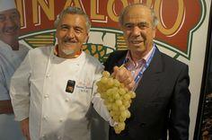 El gran repostero Paco Torreblanca y Pepe Bernabeu, presidente de la D.O. Uva Embolsada del Vinalopó, posan con un delicioso racimo.    #uva #grape #embolsada #vinalopo #spain #alicante #natural