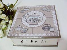 Caixa de chá com 4 divisões, feita em decoupage.