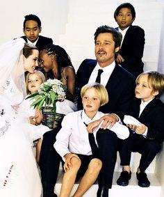 Casamento de Angelina Jolie e Brad Pitt, com seus filhos Maddox, Zahara, Shiloh/John, Pax, Vivienne e Knox.
