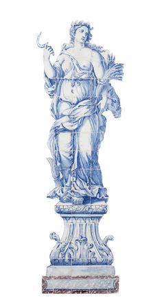 Primavera e Verão, conjunto de dois painéis de azulejos, séc. XVIII, decorados em tons de azul. O painel que representa o Verão, apresenta figura feminina segurando foice na mão direita e, na outra, um ramo de espigas, símbolos da Estação. A Primavera representa figura feminina envolta em grinalda de flores, alusiva à Estação. Encontram-se representadas de pé, envergando vestes drapeadas e esvoaçantes. Envasamento marmoreado, decorado a vinoso.