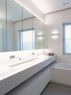 perfecte spiegel: kastjes achterin en indirectie verlichting
