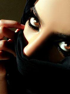 Arabian Women, Arabian Beauty, Reflection Photography, Eye Photography, Beautiful Eye Makeup, Beautiful Eyes, Arabian Eyes, Arabian Nights, Middle Eastern Makeup