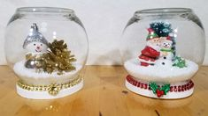 DIY waterless Christmas snow globes - This could be done with lidded glass jars from Dollar Tree, thus making it an almost-exclusively-DT project (and making it much cheaper). Mason Jar Christmas Crafts, Christmas Snow Globes, Christmas Diy, Christmas Videos, Christmas Costumes, Christmas Stocking, Christmas Christmas, Snow Globe Crafts, Diy Snow Globe