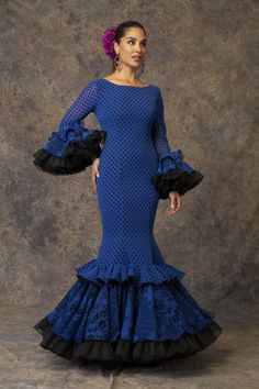 Traje de flamenca azul de Aires de Feria. Modelo Piropo. Feminine Dress, Spanish Style, Fishtail, Fasion, New Product, Fabric Design, Catwalk, Dancer, Womens Fashion