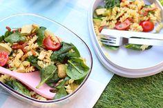Een heleboel lekkers natuurlijk! Van dips en smeersels tot aan pastasalade, dat hoort voor ons bij picknicken. Lees snel wat er nog meer niet mag ontbreken.
