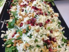 En flot og lækker salat. 1 hoved groft revet blomkål kernerne fra et granatæble 1 håndfuld groft hakket bredbladet persille Lidt ristede pinjekerner 1 pakke ruccola, skyllet Revet parmesan Dressing: Saften af 1 citron 1/2 dl. Olie salt og peber Pisk dressingen sammen. Kom ruccolaen på et fad. Vend de resterende ingredienser sammen på nær…