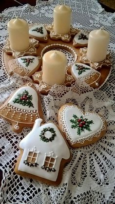 These are adorable iced cookies. These are adorable iced cookies. Easy Christmas Cookie Recipes, Christmas Sugar Cookies, Christmas Sweets, Christmas Gingerbread, Christmas Cooking, Noel Christmas, Holiday Cookies, Simple Christmas, Gingerbread Houses