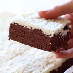 Easy no bake coconut brownies are a keto and low carb no bake dessert recipe made with a handful of ingredients and completely sugar free, vegan and paleo friendly! NO sugar, NO grains and NO dairy! desserts No Bake Coconut Brownies (Keto, Vegan, Paleo) Paleo Dessert, Dessert Oreo, Raw Vegan Desserts, Bon Dessert, Vegan Sweets, Healthy Sweets, No Bake Desserts, Raw Food Recipes, Gourmet Recipes