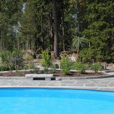 Med oregelbunden skiffer runt poolen #pool #skiffer #stenbolaget
