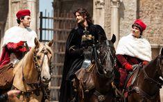 Alessandro Farnese (Diarmuid Noyes) cavalca con Cesare e il cardinale Lanzol (Sebastian Urzendowsky)- I Borgia: passioni al potere