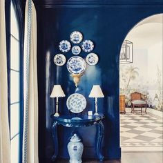 via Luxe Magazine, this blue lacquered space with blue and white Chinese porcelain is spectacular.