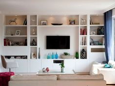 Ça ressemble pas mal à ça mon idée des étagère et de la tv. J'aime que les étagère soient jusqu'au plafond