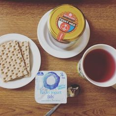 Káva s lyžičkou masla Bread, Food, Brot, Essen, Baking, Meals, Breads, Buns, Yemek
