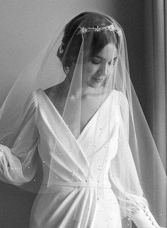 LUMIERE | Véu na ponta dos dedos com pérolas em tons suaves de marfim Silver Bridal Crowns, Bridal Tiara, Organza Bridal, Bridal Gown, Headpiece Wedding, Wedding Veils, Wedding Dresses, Event Dresses, Long Dresses