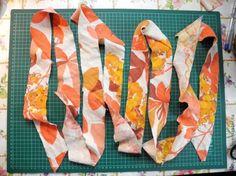 Если вам нужно обработать край большого изделия косой бейкой, а кусочек ткани для бейки, напротив, совсем небольшой, и вам совсем не хочется возиться с раскроем и стачиванием большого количетва полосок, то этот способ - для ВАС! Итак, у нас имеется кусок х/б ткани размером 127 х 27 см: Предположим, нам нужна бейка шириной 6 см. С помощью линейки и маркера размечаем ткань под углом 45 градусов.