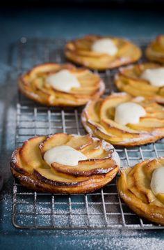 Normandische appeltaartjes met vanilleroom - Een lepeltje lekkers Köstliche Desserts, Delicious Desserts, Dessert Recipes, Yummy Food, Apple Recipes, Sweet Recipes, Baking Recipes, Feel Good Food, Love Food