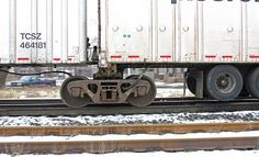 From Wikiwand: Side view of a Roadrailer& regular truck showing the connection between two trailer bodies. This image shows only one fifth wheel. Rail Train, Train Car, Semi Trailer, Norfolk Southern, Rolling Stock, Fifth Wheel, Ho Scale, Trains, Side View