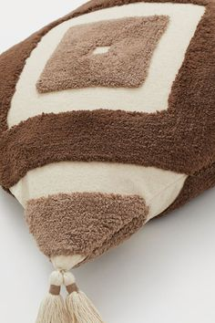 Pudebetræk med kvaster - Lys beige/Lysebrun - Home All Gift Card Shop, Leather Pillow, H&m Gifts, Music Gifts, Light Beige, White Patterns, Fashion Company, Kids Christmas, Neue Trends