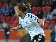 #Lena #Lotzen schreit ihre Freude nach ihrem ersten Länderspieltor nur so heraus. Die Bayern-Stürmerin legte mit dem 1:0 gegen Island den Grundstein für den 3:0-Erfolg der Frauen-Fußball-Nationalmannschaft im EM-Gruppenspiel.  Durch den Erfolg steht Deutschland nun kurz vorm Viertelfinaleinzug. (Foto: Carmen Jaspersen/dpa)