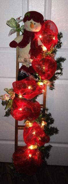 Christmas Ladder - Sparkle a hallway or wall with this fun ladder instead of tradition tree or in addition to it. Add holiday shine to the foyer, porch, lobby, den or hallway. Create a theme. with color or decos. a tropical Chirstmas ladder? Disney Christmas, Winter Christmas, Christmas Holidays, Christmas Wreaths, Christmas Ornaments, Christmas Snowman, Christmas Projects, Holiday Crafts, Cheap Holiday
