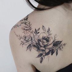 50 Schulter Tattoo Ideen für Frauen 50 shoulder tattoo ideas for women Black And White Flower Tattoo, White Flower Tattoos, Flower Tattoo Back, Flower Tattoo Shoulder, Tattoo Flowers, Tattoo Black, Tattoo Roses, Peonies Tattoo, Realistic Flower Tattoo