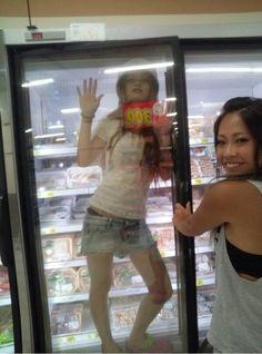 【バカ発見器】 臭そうなブス女がパンを置いてる台の上に乗る&冷蔵庫に入る : ロン速