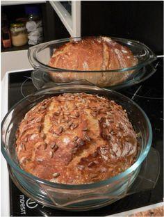 Úžasný chleba bez hnětení, bez pekárny a téměř bez práce  Nasypeme do mísy a nasucho zamícháme: - 3 hrnky hladké mouky (hrnek obyč 250ml) - 1 lžička sušeného droždí ( na dva chleby rozdělím napůlky jeden pytlík - 1,5 lžičky soli  - 1 lžička drceného kmínu  - Podle chuti můžete přimíchat cibulku, česnek, bylinky, semínka, škvarky…Do zamíchané směsi nalijeme 1,5 hrnku vody