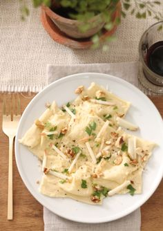 Easy, fresh & flavorful skinny apple & walnut ravioli recipe. Enjoy this light pasta recipe for indulgence without the calories!