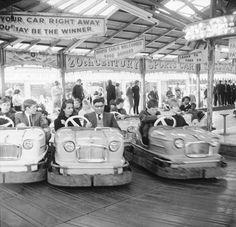 Couples on the dodgems ride, Battersea Park fun fair: 1966 by Henry Grant. Museum of London Vintage London, Old London, Old Photos, Vintage Photos, Vintage Prints, 1960s Britain, Fair Rides, Surf, Amusement Park Rides
