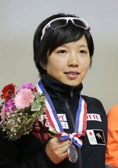 女子500メートルで2位に入り、メダルを手にする小平奈緒=16日、北海道・明治北海道十勝オーバル ▼16Nov2014時事通信 小平、女子500で2位=男子の羽賀は3位-W杯スケート http://www.jiji.com/jc/zc?k=201411/2014111600168