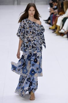 The European fashion had a major moment this year, due to the offbeat of the fresh spotlight that is on the emerging industries of fashion in major Fashion 2017, Runway Fashion, Spring Fashion, High Fashion, Fashion Outfits, Womens Fashion, Fashion Trends, Woman Outfits, Paris Fashion