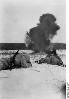 Bundesarchiv Bild 183-J16923, Russland, Einschlag feindlicher Artillerie…