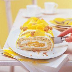 Mango, Mango! Die exotische Frucht kommt in Spalten und als Püree in und auf die Biskuitrolle. Als i-Tüpfelchen gibt es Amarettini obendrauf.