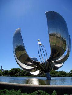 """""""Floralis Genérica"""", escultura metálica en la Plaza de las Naciones Unidas. Fue inaugurada en 2002. La flor se cierra por la noche y cuando hay vientos fuertes; y se abre todos los días a las 8am. Solamente queda abierta durante 4 noches: 25 de mayo, 21 de septiembre y 24 y 31 de diciembre."""