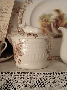Adorable brown transferware butter crock with cow handle Vintage Dishes, Vintage China, Vintage Kitchen, Antique Dishes, Vintage Farm, Butter Crock, Butter Dish, Butter Bell, Butter Pasta