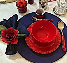 Chegou o sábado, dia de encontros, com amigos, com a família ou ainda com o seu amor, coloque um pouco de romantismo nesse encontro, componha sua mesa com cores fortes que marcam. Na sugestão de hoje Sousplat em gorgorão marinho, guardanapo em tricoline marinho e PG rosa vermelha amore. #mesaposta #tabletop #tablesetting #tableware #vestiramesa #vestiramesacomcharme #vestiramesacomestilo #e_tables #olioliteam #millenium_objetos #la_table_de_giselle #lardocecasa #mesahits #nellacasadiro… Tabletop, Tea Cups, Tableware, Instagram Posts, Bold Colors, Dating, Romanticism, Napkin, Objects