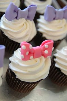 Minnie Mouse and Daisy Duck Cupcakes - Chocolate for Minnie and Yellow for Daisy Daisy Cupcakes, Minnie Cupcakes, Bolo Minnie, Cupcake Cakes, Cheer Cupcakes, Cupcake Party, Daisy Duck Cake, Daisy Duck Party, Minni Mouse Cake