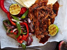 Pulled pork eli nyhtöpossu viimeistellään meheväksi grillissä ja maustetaan coca-colalla. http://www.yhteishyva.fi/ruoka-ja-reseptit/reseptit/texmex-nyhtopossu/014465