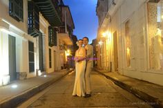 Five romantic-must-shots for your wedding in Cartagena: 4 - Romance in a downtown alley. Dukes Fotografia. #MiBodaEnCartagena #cartagena